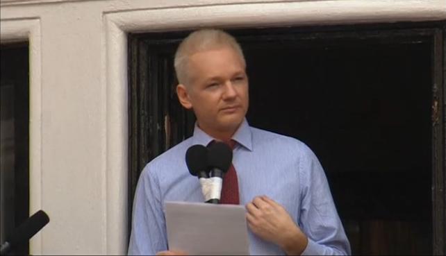 Julian Assange habla ante las cámaras