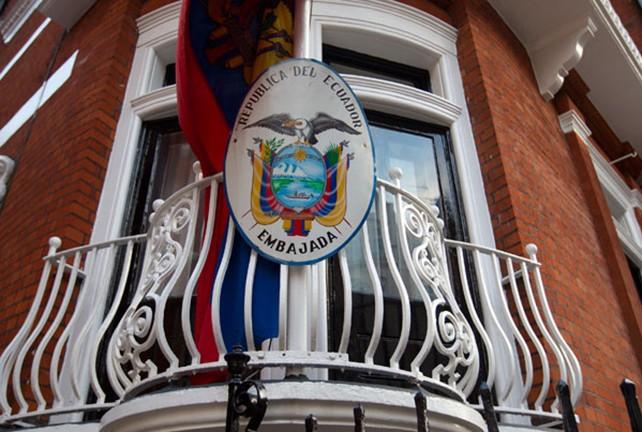 Conceden asilo político a Julian Assange; El Reino Unido decepcionado amenaza a Ecuador con irrumpir en su embajada